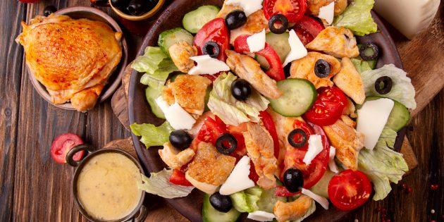 Простой рецепт салата с моцареллой, овощами и курицей