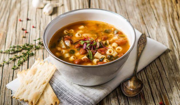 Томатный суп с макаронами, сосисками и фасолью