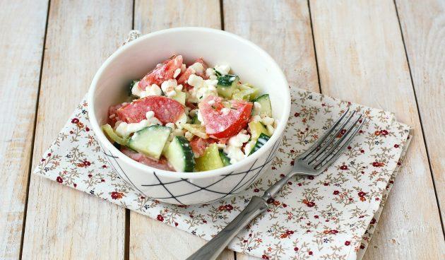Салат c творогом, огурцом и помидором