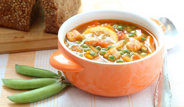 Суп из красной рыбы с зелёным горошком, помидорами и оливками