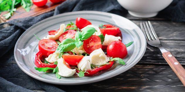 Салат с моцареллой, черри и запечённым перцем: простой рецепт