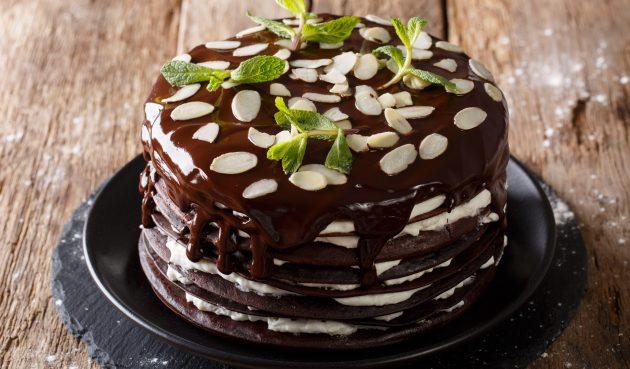 Шоколадный блинный торт со взбитыми сливками