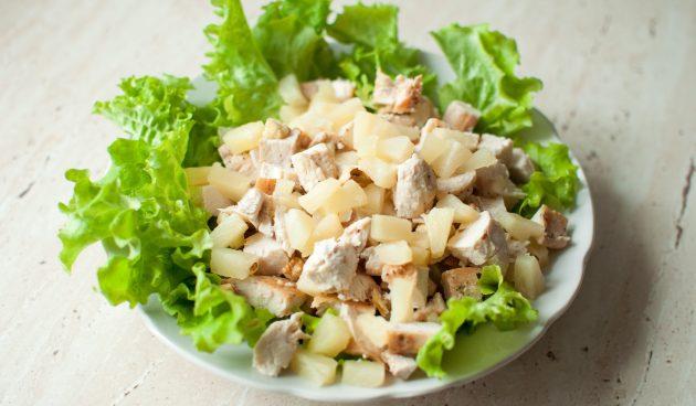 Салат с курицей, ананасами и орехами