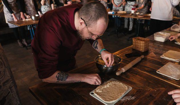 Как приготовить хачапури по-аджарски: насыпьте немного сулугуни или моцареллы вдоль широких краёвтеста