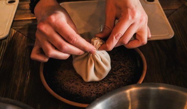 Хинкали с грибами и картошкой: начните собирать тесто гармошкой