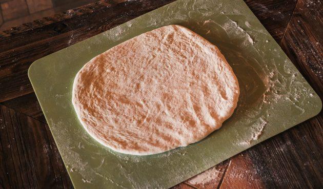 Раскатайте тесто для хачапури с картошкой и шпинатом