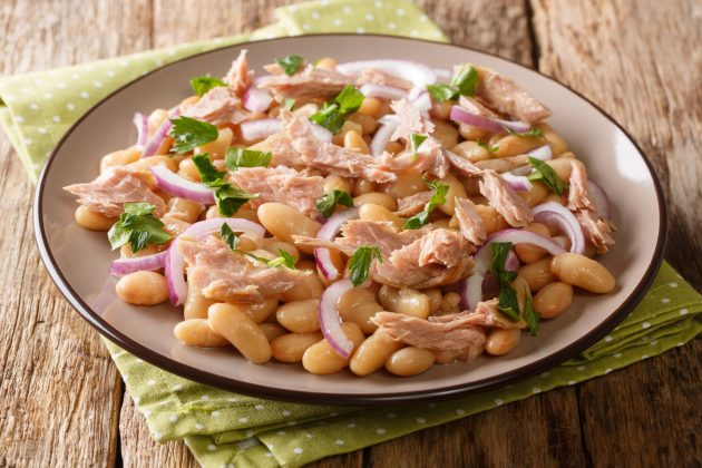 Простой салат с тунцом и фасолью