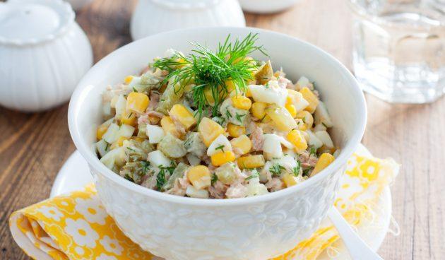Салат с тунцом, яйцами, огурцами и кукурузой
