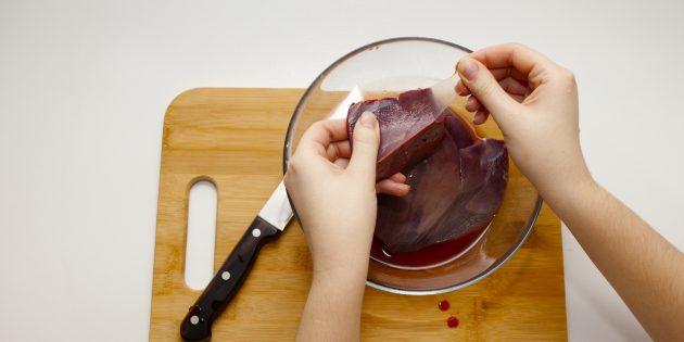 Как готовить свиную печень: снимите плёнку