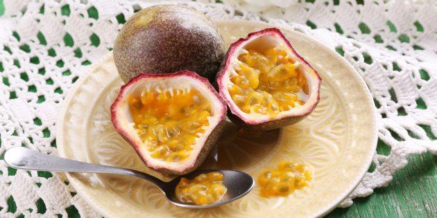 Как есть маракуйю: просто разрежьте плод пополам