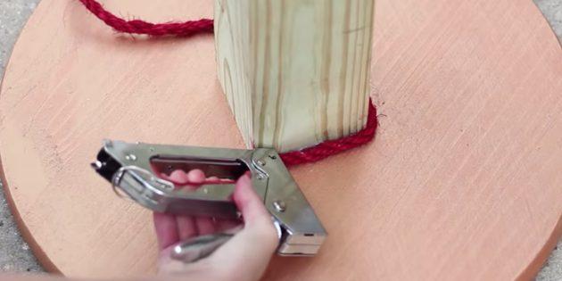 Как сделать когтеточку: прикрепите верёвку