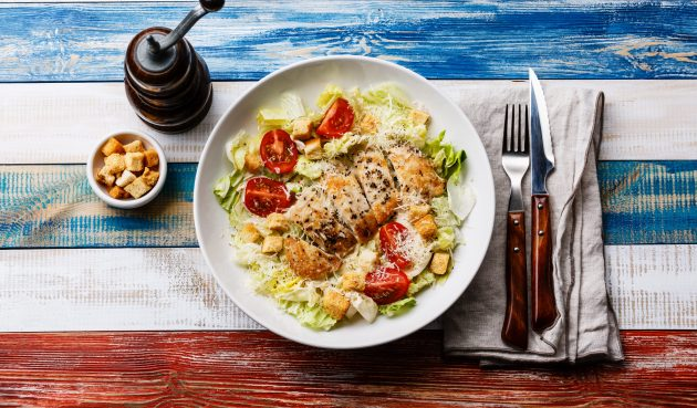 Простой салат «Цезарь» с курицей и помидорами черри