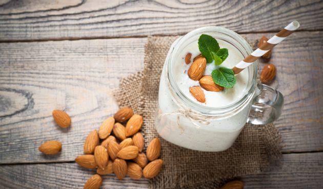 Смузи с миндальным молоком, финиками, корицей и мятой