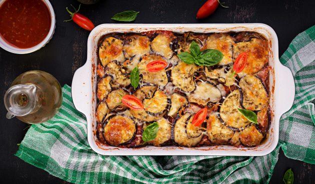 Баклажаны, запечённые с помидорами и базиликом