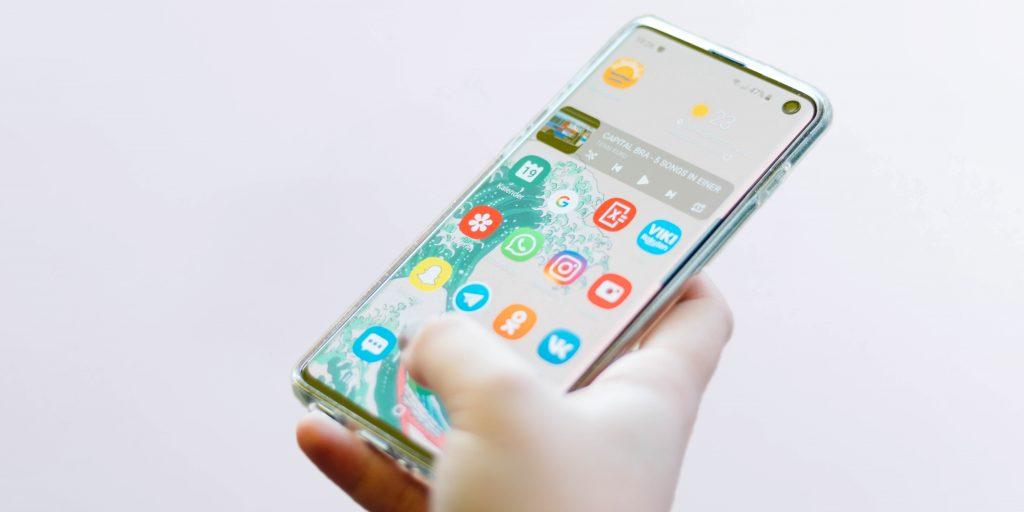 В официальных салонах Samsung начали бесплатно дезинфицировать смартфоны