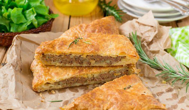 Пирог из слоёного теста с фаршем, картошкой и болгарским перцем