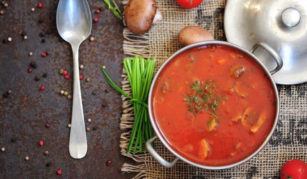 Томатный суп с курицей, капустой и шампиньонами