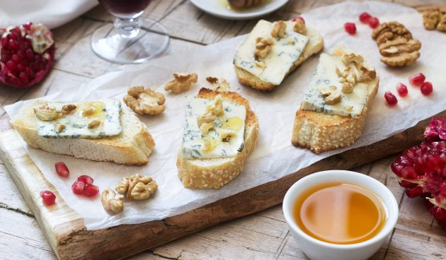 Брускетта с голубым сыром, орехами и мёдом