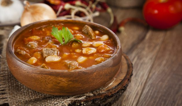 Томатный суп с фасолью, свининой, картофелем и капустой