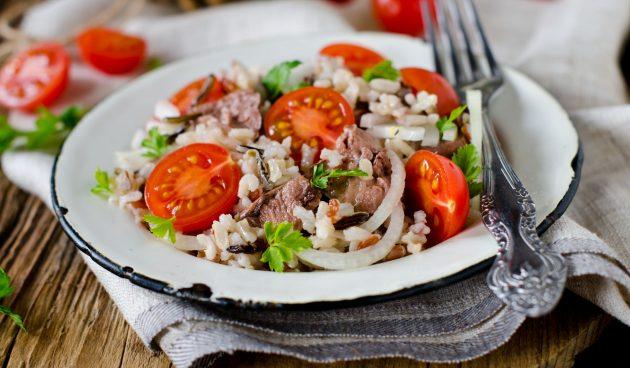 Салат из риса с печенью трески