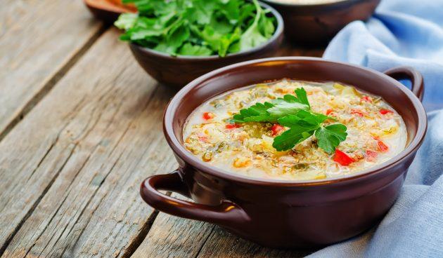 Суп с киноа, индейкой, зелёным горошком и шпинатом