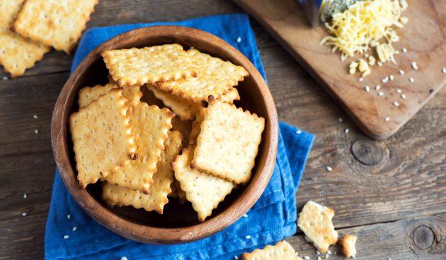 Сырные крекеры с маком и кунжутом