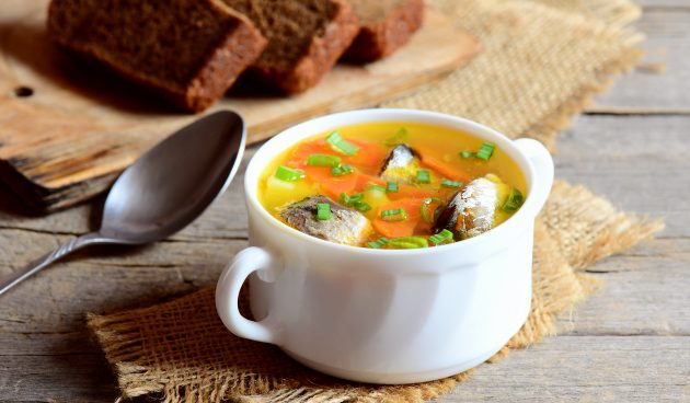 Быстрый суп с рыбными консервами