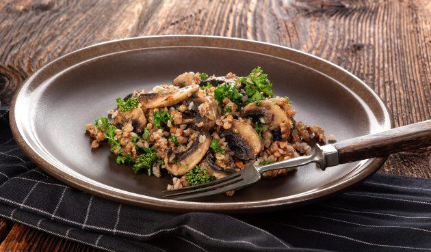 Гречневое ризотто с грибами, чесноком и пармезаном