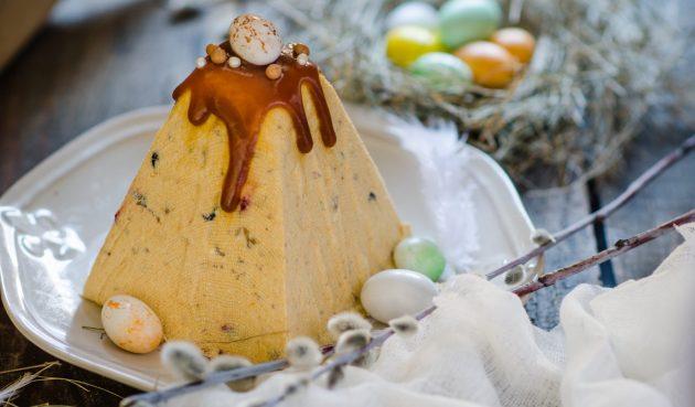 Творожная пасха с варёной сгущёнкой, печеньем и орехами