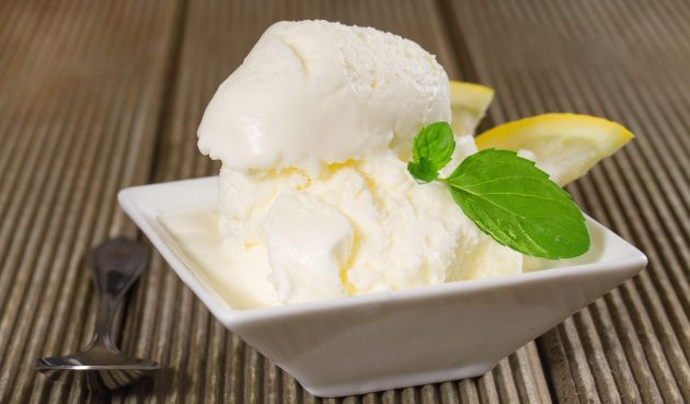 Мороженое из сливок, йогурта и апельсинового ликёра