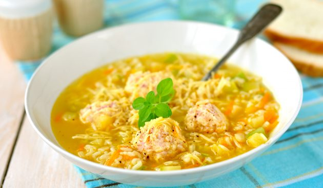Суп с фрикадельками, кабачками и рисом