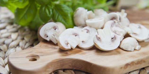 Если разрезать грибы на половинки или четвертинки, они сварятся в 1,5–2раза быстрее