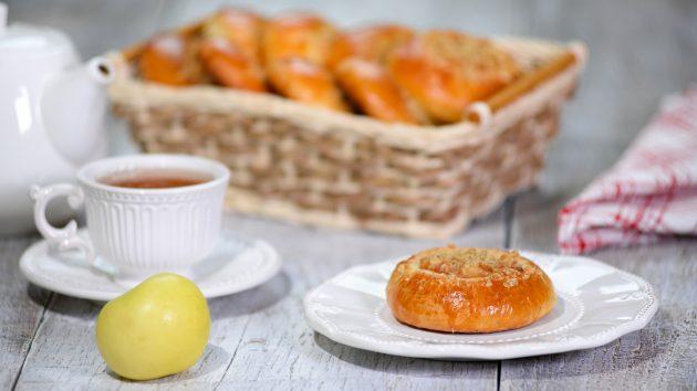 Сдобные ватрушки с карамелизированными яблоками