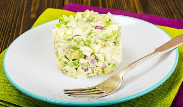 Салат с авокадо, яйцами и фиолетовым луком