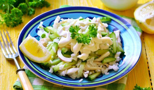 Салат с кальмарами, рисом и свежими огурцами