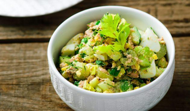 Салат с печенью трески, яйцами, картошкой и огурцами