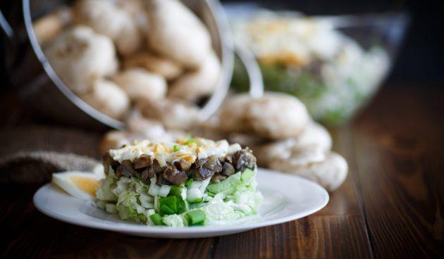 Салат с жареными шампиньонами и пекинской капустой