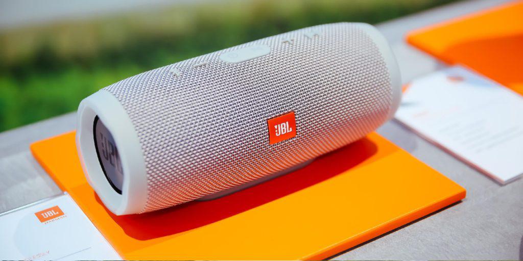 Цена дня: колонка JBL Charge 4 с Bluetooth-наушниками в комплекте за 6099 рублей