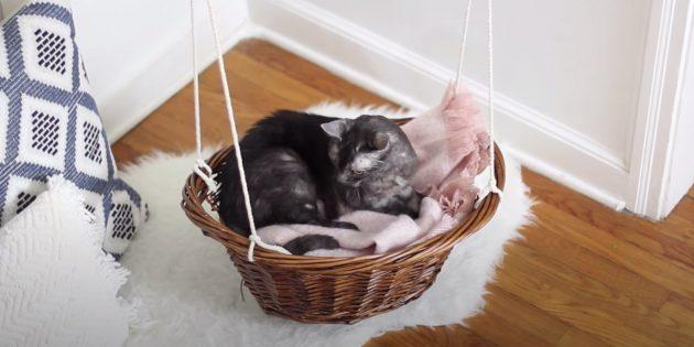 Как сделать лежанку-гамак для кота из корзины