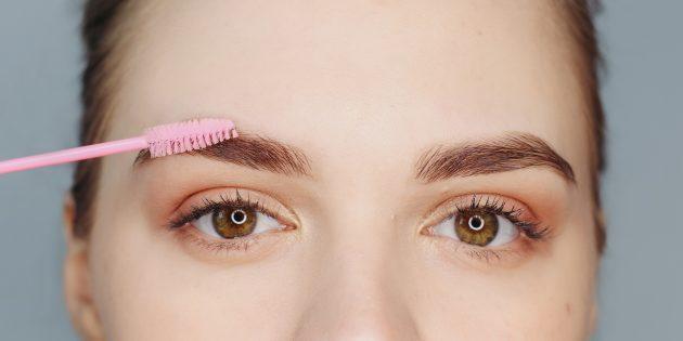 Как сделать красивые брови: щёточкой растушуйте карандаш лёгкими движениями вверх