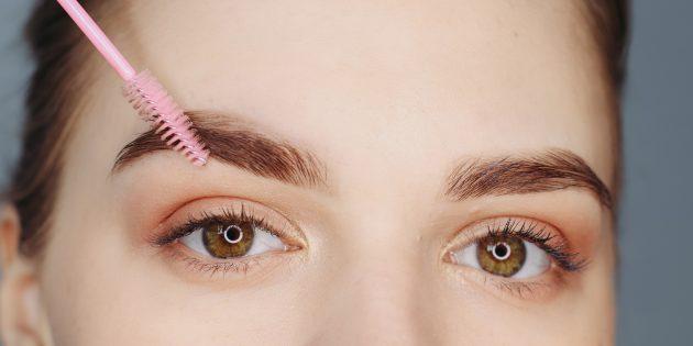 Как сделать красивые брови: прорисуйте середину и кончик брови и снова растушуйте всё щёточкой