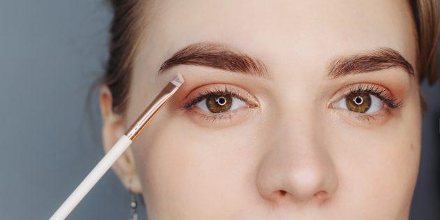 Как сделать красивые брови: чтобы подчеркнуть форму, слегка пройдитесь светлыми тенями или консилером в зоне под бровью