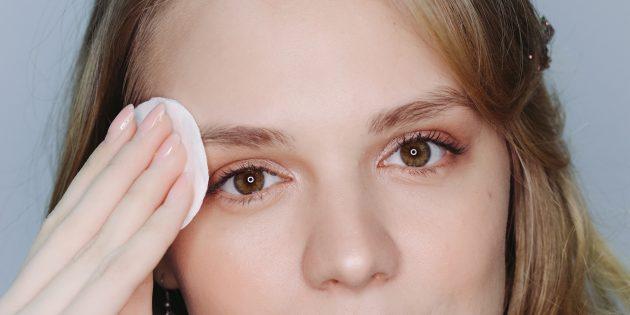 После коррекции бровей протрите кожу увлажняющим молочком