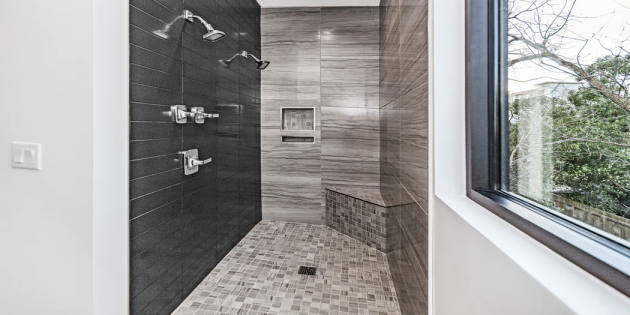 Ремонт ванной: используйте мозаику для душевого поддона