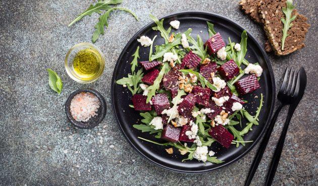 Салат со свёклой, орехами, руколой и козьим сыром