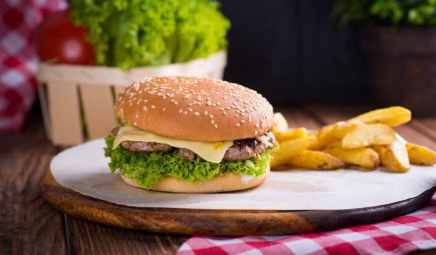Простой чизбургер с котлетой из говядины