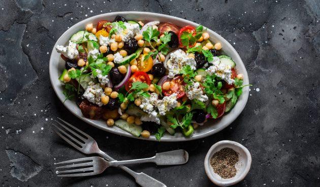Салат с нутом, овощами и фетой