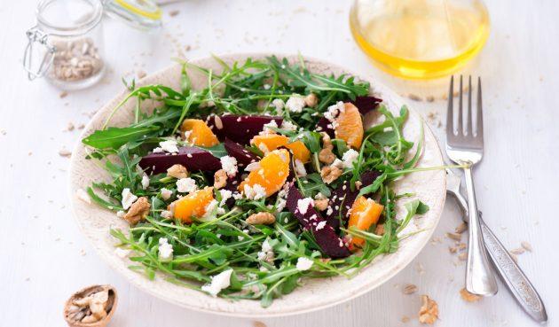 Салат из свёклы и апельсина с орехами и фетой