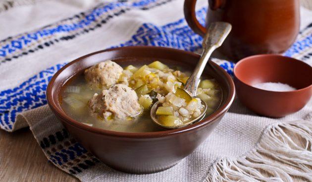 Суп с фрикадельками, перловкой и солёными огурцами