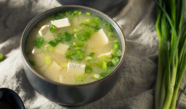 Мисо-суп с тофу и зелёным луком